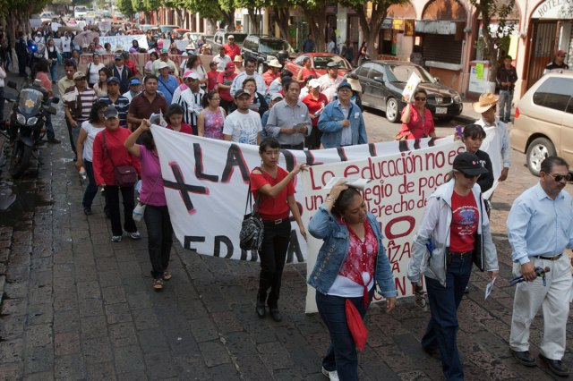 Teachers march against the Pact for Mexico's education reform. Photo by Demián Chávez